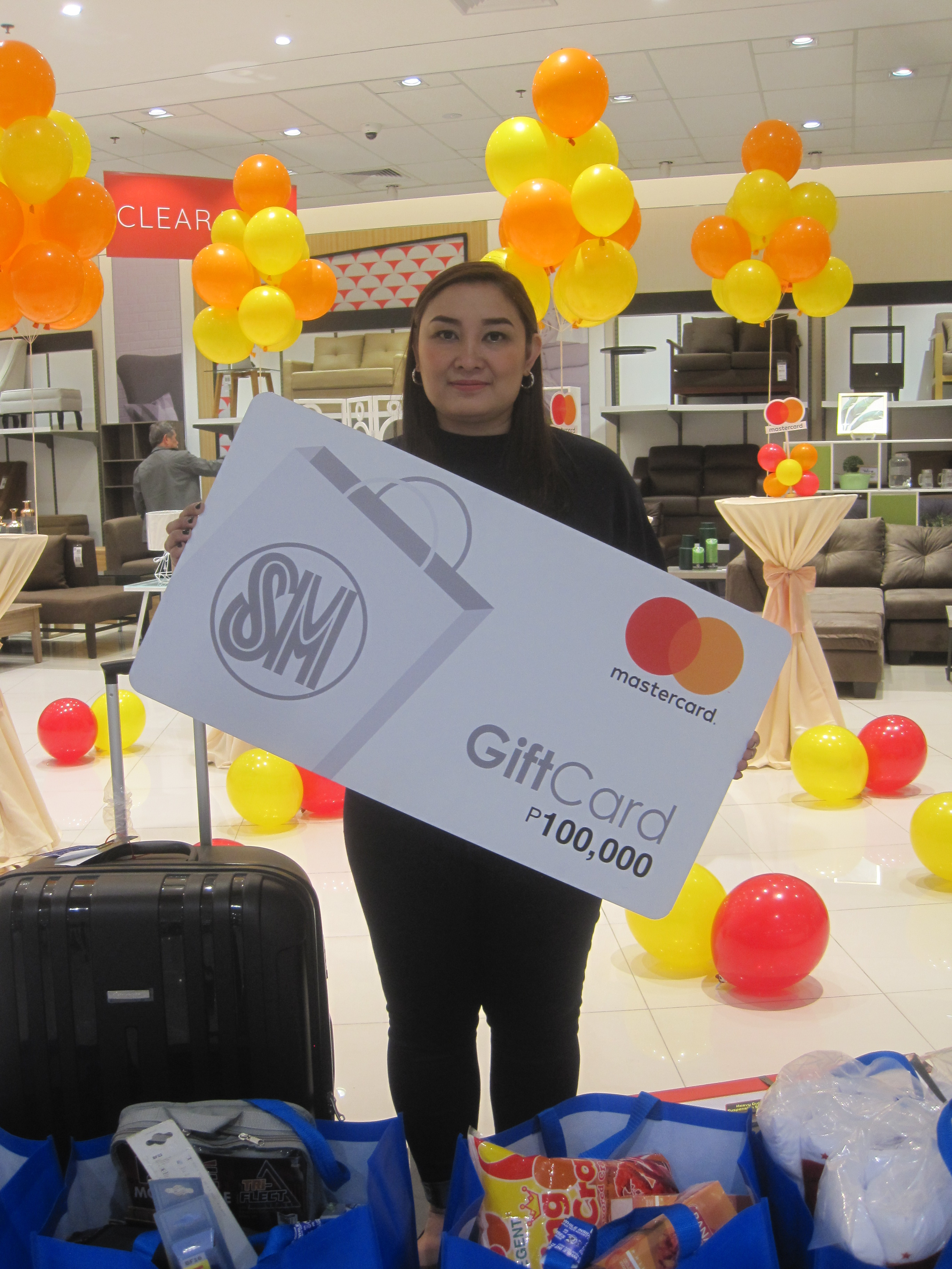 Two Lucky Shoppers Won PHP 100,000 Shopping Money from SM